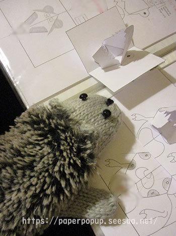 ハリネズミ 三トン 恐竜ポップアップカード 4.jpg